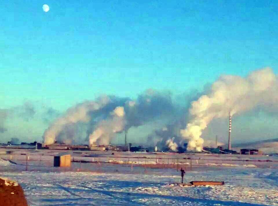 兴安铜锌冶炼厂烟囱冒出的废气