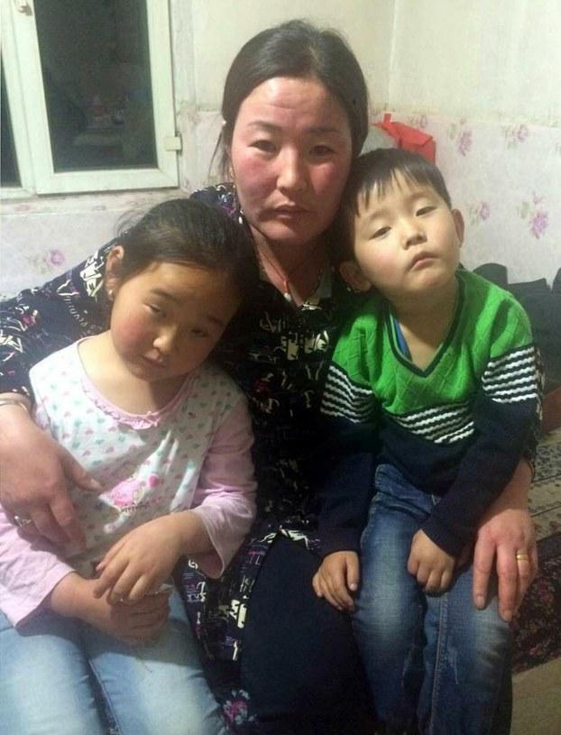 被捕牧民斯琴毕力格的妻子和两个孩子。(牧民提供/记者乔龙)