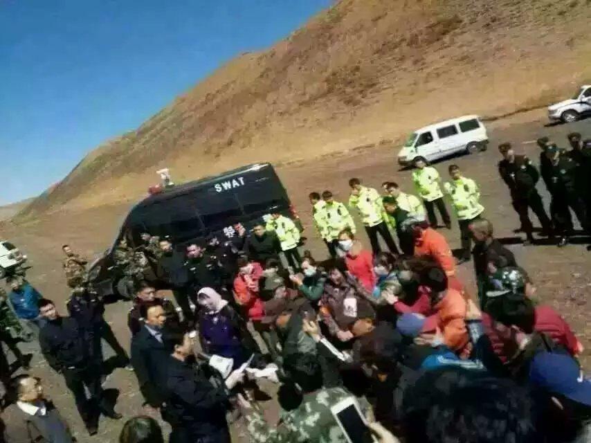 公安与反对强占土地的牧民。(乔龙提供)
