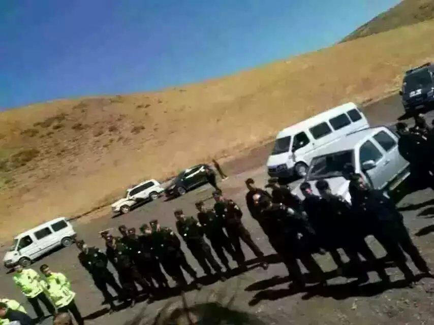 公安与反对强占土地的牧民对峙。(乔龙提供)