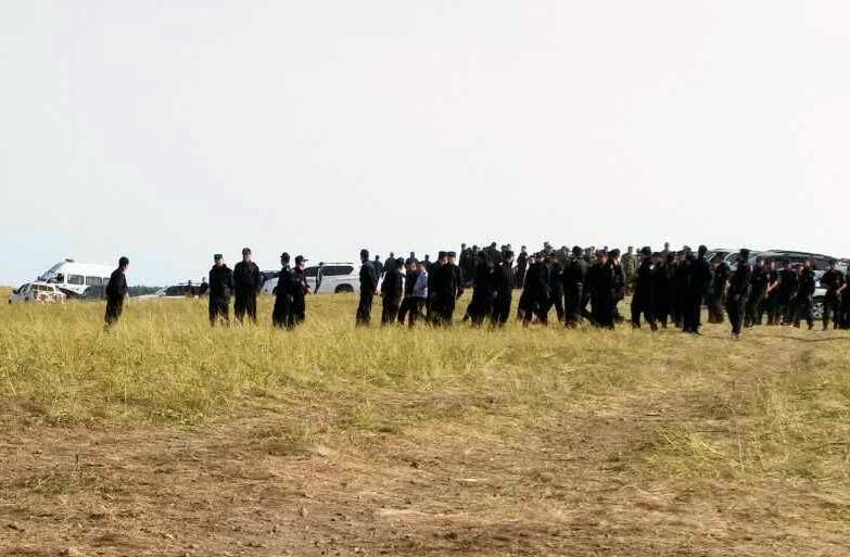 8月10日,新巴尔虎左旗牧民到旗公安局要求释放被捕牧民。(牧民提供/记者乔龙)