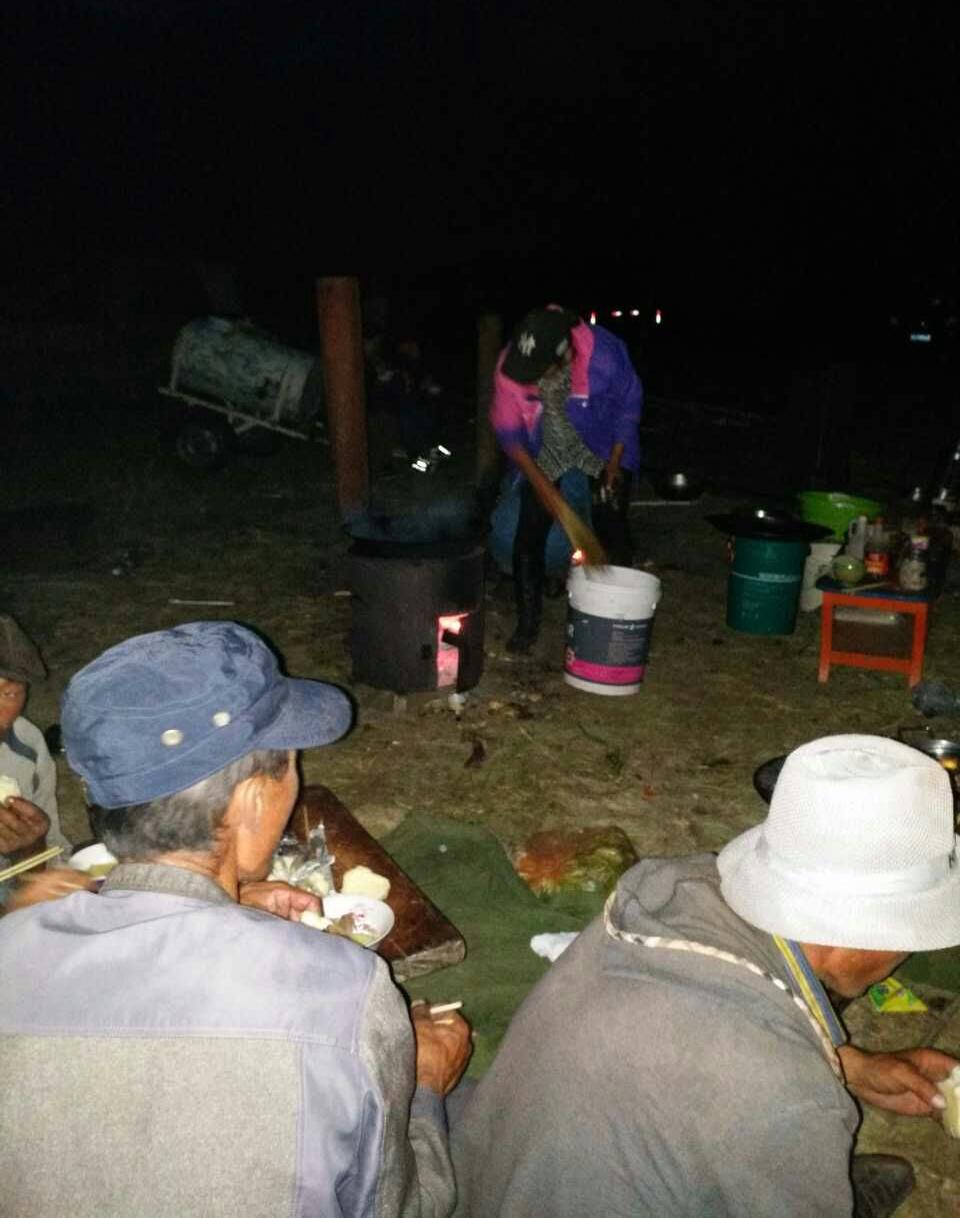 新巴尔虎左旗牧民在草场通宵露宿。(牧民提供/记者乔龙)