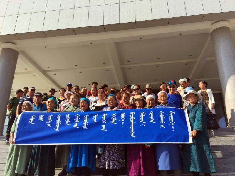 牧民们在新巴尔虎左旗公安局门前抗议。(牧民提供/记者乔龙)