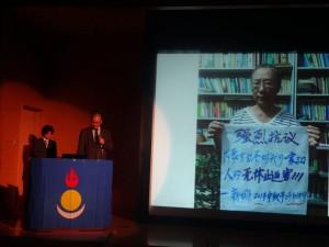 モンゴル自由連盟党初代党首・ルービン氏の演説。あいさつは日本語で行われたが、講演は正確性を期すためモンゴル語で行われた。しかし質疑応答では思わず日本語で応答するなど、数年にわたったモンゴル・アメリカの生活でも、日本で学んだ経験が色あせていないことをうかがわせた。